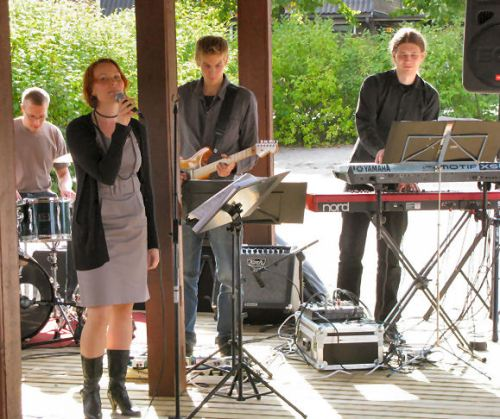 Herätysjuhlien pääesiintyjänä oli helsinkiläinen tanssiorkesteri The 6 Elements.