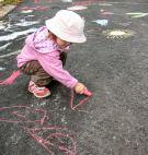 Lapset koristelivat Jussilanpihan uuden asvaltin katuliituilla.